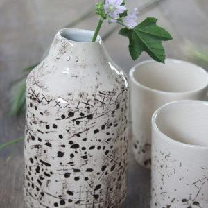 Bodegón de cerámica en mesa de madera