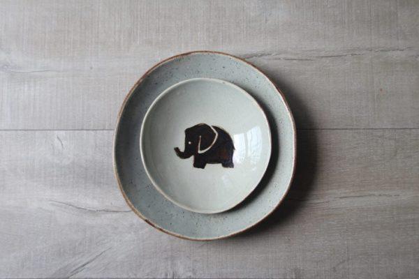 platos artesanales de gres con motivo de elefante pintado a mano