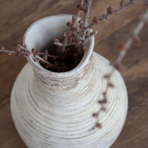vista superior de florero de cerámica con textura mate