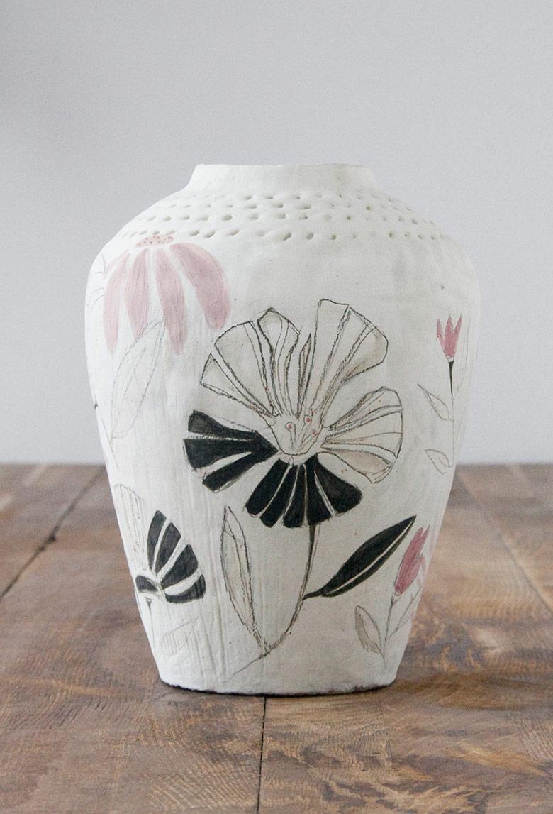 Jarrón de cerámica pintado con flores negras, blancas y rosas