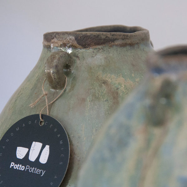 Detalle de jarrón artesanal esmalte verde brillante